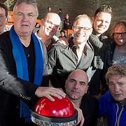 NLD/Hilversum/20131130 - Start Radio 2000, Paul de Leeuw, Matthijs van Nieuwkerk en Leo Blokhuis en alle dj's samen met guus Hiddink geven het startschot