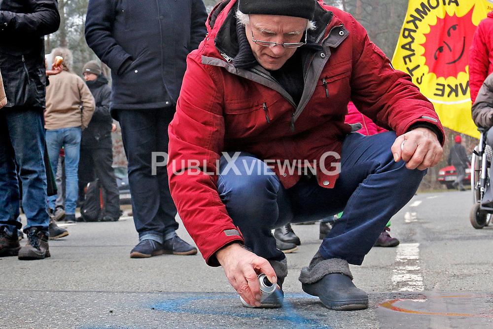 Mit dem Neujahrsempfang am 1. Januar begrüßt die Bürgerinitiative Umweltschutz Lüchow-Dannenberg (BI) traditionell das neue Jahr. Auch am 1. Januar 2020 gab es einen kurzen Rückblick auf das vergangene Jahr und den Blick nach vorn, auf die Herausforderungen und Veranstaltungen im 43sten Protestjahr. Im Bild: Dieter Scharschmidt<br /> <br /> Ort: Gorleben<br /> Copyright: Andreas Conradt<br /> Quelle: PubliXviewinG