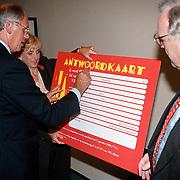 Presentatie VIE Nieuwspoort, minister Hans Dijkstal tekent de antwoordkaart