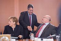 05 OCT 2016, BERLIN/GERMANY:<br /> Angela Merkel (L), CDU, Bundeskanzlerin, Sigmar Gabriel (M), SPD, Bundeswirtschaftsminister, und Peter Altmeier (R), CDU, Kanzleramtsminister, im Gespräch, vor Beginn der Kabinettsitzung, Bundeskanzleramt<br /> IMAGE: 20161005-01-018<br /> KEYWORDS: Kabinett, Sitzung, Gespräch, Handshake