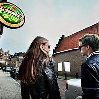 Nederland, Volendam , 27 september 2014.<br /> 2 z.g. Mysterieshoppers overleggen aan de achterkant van een kroeg hoe ze het zullen aanpakken als ze de kroeg binnenlopen.<br /> Mystery-shop onderzoek geeft gemeenten en regio's een betrouwbaar inzicht in de mate waarin verkopers zich houden aan de wettelijke leeftijdsgrens voor alcohol. Het beperken van de beschikbaarheid van alcohol voor minderjarigen is één van de belangrijkste pijlers om alcoholgebruik onder jongeren terug te dringen. Mystery-shopping onderzoek is één van de meest concrete mogelijkheden om de beschikbaarheid van alcohol voor minderjarigen te meten.<br /> Om de naleving van de leeftijdsgrenzen in een gemeente of regio in kaart te brengen, worden met behulp van minderjarige 'mystery-shoppers' bij verschillende verkooppunten pogingen gedaan om alcohol te kopen. Deze aankooppogingen worden uitgevoerd volgens een beproefd wetenschappelijk protocol. Het protocol voor dit onderzoek is opgesteld en wetenschappelijk getest in samenwerking met de Universiteit Twente.<br /> Foto:Jean-Pierre Jans
