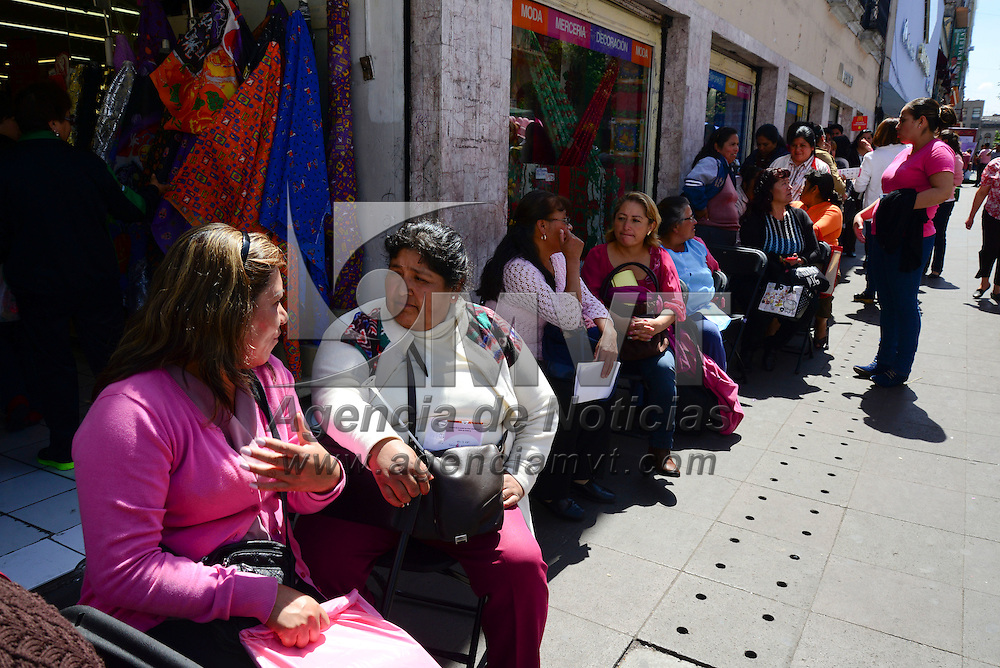 Toluca, Méx.- Mujeres de todas las edades acudieron a la feria de salud para la Mujer, con motivo del Día Mundial Contra el Cáncer de Mama, en donde se ofrecieron servicios gratuitos de mastografías, odontología y planificación familiar, invitando a las mujeres a realizarse sus estudios correspondientes y la auto exploración. Agencia MVT / Crisanta Espinosa