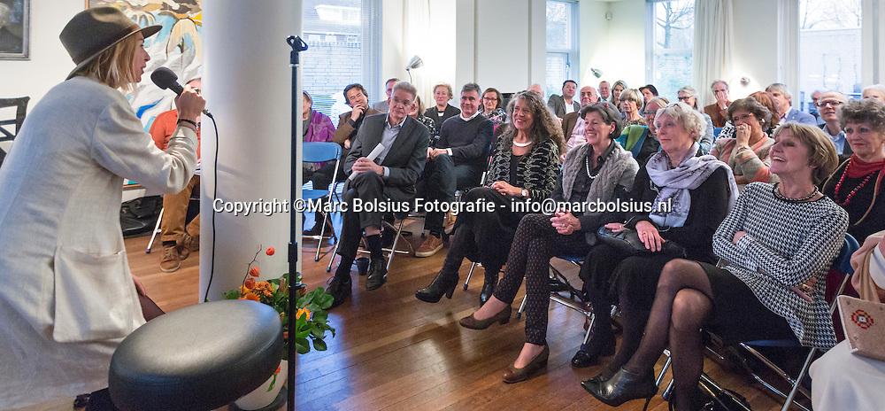 Nederland, Rosmalen, Cecile Potjes vierde haar 65 verjaardag met het bestaan van het Kunsthuis dat 12 jaar bestaat. de dochter van Cecile spreekt voor de troepen