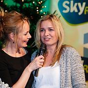 NLD/Hilversum/20121207 - Skyradio Christmas Tree, winnares Daphne Lammers en Marleen Sahulpala met haar gewonnen prijs