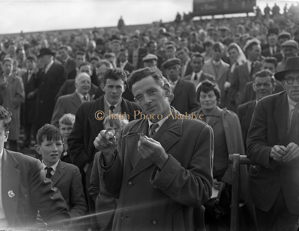 09/10/1960<br /> 10/09/1960<br /> 9 October 1960<br /> St. Brendan Cup Final: Tipperary v New York at Croke Park, Dublin.<br /> A man in the crowd shows his broken glasses.