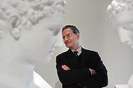 Giulio Paolini davanti ad alcune delle sue opere esposte al GAMeC di Bergamo