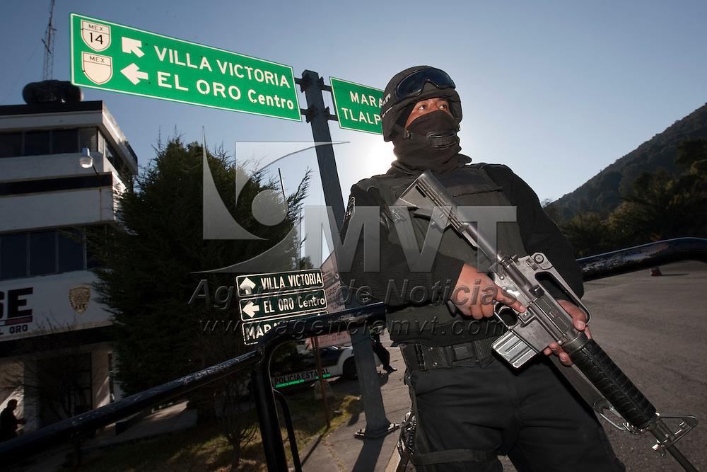 El Oro, Méx.- Cientos de elementos de la Agencia de Seguridad Estatal (ASE) han sido desplegados a los distintos accesos a la entidad procedentes de su vecino estado de Michoacan; en el municipio de el Oro vigilan el paso de vehiculos que arriban de las comunidades de Maravatio y Tlalpujahua. Agencia MVT / José Hernández. (DIGITAL)