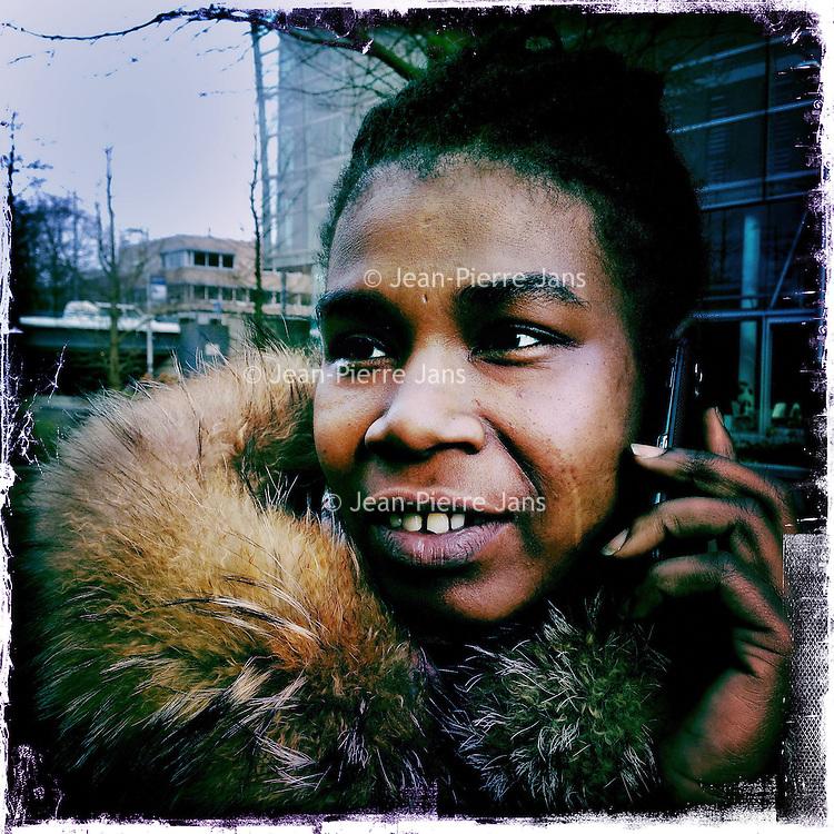 Nederland, Amsterdam , 6 februari 2014.<br /> GSM loze vrijdag.<br /> Uiteraard is een GSM een erg handig medium, maar kunnen we nog zonder? Onze GSM heeft onze dagelijkse leefwereld overgenomen. Het wordt tijd dat we eens stilstaan bij die constante bereikbaarheid en die dure toestellen met nog duurdere gesprekskosten een dagje naast ons neerleggen<br /> Op de foto: Samantha Derby<br /> Foto gemaakt met Iphone5. fotoprogramma: Hipstamatic: Lens John S. Film Kodot XGrizzled.<br /> Foto:Jean-Pierre Jans