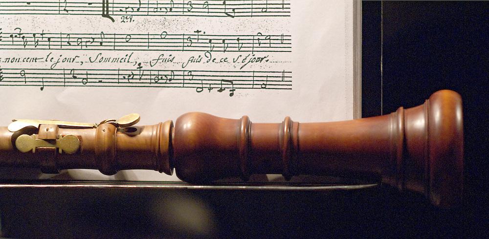 Hautbois baroque (détail) et partition de Zoroastre, Tragédie Lyrique de J.P. Rameau, Direction Christophe Rousset, Les Talens Lyriques, Mise en scène Pierre Audi, Opéra Comique, Paris, mars 2009..L'ensemble de musique instrumentale et vocale Les Talens Lyriques a été créé en 1991. En choisissant ce nom, sous-titre d'un opéra de Rameau (Les Fêtes d'Hébé, 1739), Christophe Rousset témoigne de son attrait pour le répertoire du XVIIIème siècle qu'il contribue à faire découvrir avec bonheur, sans pour autant que son intérêt pour les compositeurs du siècle précédent en soit diminué..L'ensemble est membre de la FEVIS (Fédération des Ensembles Vocaux et Instrumentaux Spécialisés)..Ils ont obtenu la Victoire de la Musique Classique en 2001.