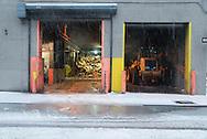 New York . Dumbo area under the snow. Down under Manhattan bridge overpass. /  DUMBO  le quartier des anciens docks et usines de - Down under Manhattan bridge overpass -. en pleine transformation, quartier des artistes.
