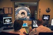 Nederland, Nijmegen, 16-4-2009MRI-scanner UMC Radboud. Een laborant maakt een MRI scan van een patient die in de MRI scanner ligt. Naam is onherkenbaar gemaakt.Foto: Flip Franssen
