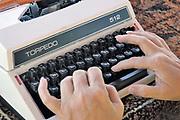 Nederland, Nijmegen, 31-8-2019Iemand typt een brief op een typemachine, schrijfmachine, uit de jaren 70.Foto: Flip Franssen