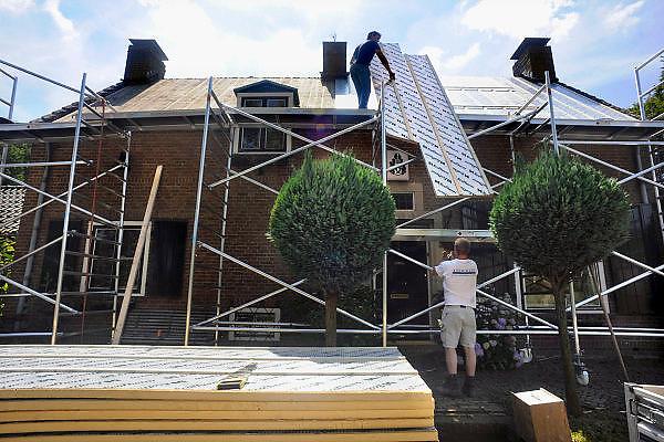 Nederland, Ubbergen, 24-6-2009Dakdekkers zijn bezig een dak van isolatie te voorzien.Foto: Flip Franssen/Hollandse Hoogte