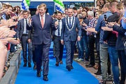 Koning bij viering 100-jarig bestaan Gezondheidsdienst voor Dieren in Deventer.<br /> <br /> Op de foto: Koning Willem-Alexander en burgemeester Ron König