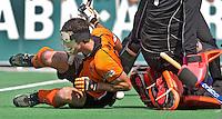BLOEMENDAAL - EHL Hockey. Marcel Balkestein van OZ kijgt de bal tegen zijn rug, tijdens  de achtste finale tussen Oranje Zwart uit Eindhoven en het Spaanse RC Polo de Barcelona. OZ wint na shoot-outs. COPYRIGHT KOEN SUYK