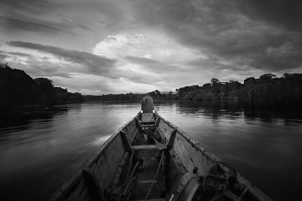 French guyana, maroni.<br /> <br /> Depuis sa colonisation, la Guyane vit au rythme de l'or. En 1946, la région devient sans grand bouleversement departement d'Outre-mer. <br /> Enclavee dans le continent sud americain, la Guyane francaise est separee a l'Ouest par le Maroni du Surinam et elle partage 580 Km de frontiere avec le Bresil au Sud et a l'Est, le long du fleuve Oyapock. Avec 10000 à 15000 reconduites a la frontiere par an, ce departement fait figure d'eldorado dans le bassin amazonien.