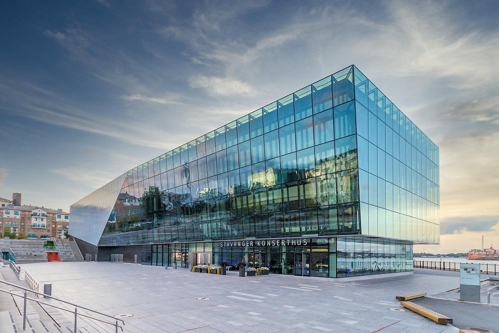Stavanger nye konserthus ligger i Sandvigå, 700 meter nordvest for torget, og danner en ny forbindelse mellom Bjergsted musikkpark og byen.