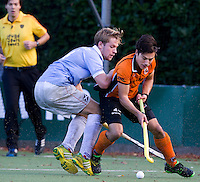 EINDHOVEN - HOCKEY - OZ-aanvaller Thomas Briels in duel Mats de Groot (l) van Bl'daal met tijdens de hoofdklasse hockeywedstrijd tussen de mannen van Oranje-Zwart en Bloemendaal (3-3). FOTO KOEN SUYK