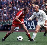 Fotball<br /> Foto: Fotosports/Digitalsport<br /> NORWAY ONLY<br /> <br /> WORLD CUP FINALS GERMANY 1974 POLEN V WEST GERMANY BERTIE VOGTS (WEST GERMANY) GREGORZ LATO (POLAND)