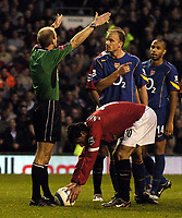 Fotball<br /> Premier League 2004/2005<br /> Foto: BPI/Digitalsport<br /> NORWAY ONLY<br /> <br /> 24/10/2004 <br /> Manchester United v Arsenal<br /> <br /> Dennis Bergkamp complains to Mike Riley as fellow Dutchman Ruud Van Nistlerooy prepares for his penalty kick