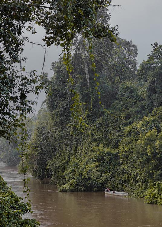 Trois-Sauts, janvier 2015.<br /> <br /> Étendue sur 10 030 km², la commune amérindienne de Camopi est composée de 1 623 habitants répartis en plusieurs zones de vie : le bourg et ses écarts le long de la rivière Camopi,  Trois-Sauts et ses villages, à l'extrême sud de la Guyane le long de l'Oyapock, face au Suriname. L'autorisation préfectorale nécessaire pour se rendre dans cette zone réservée depuis 1970 a  été  supprimée  en  juin  2013 pour accéder au bourg de Camopi mais reste obligatoire pour remonter l'Oyapock jusqu'à Trois-Sauts. Plus de 600 amérindiens Wayãmpi y vivent dans des villages accessibles uniquement par voie fluviale, aucune route ne les reliant au reste du département. Les populations amérindiennes vivent au sein de communautés selon des règles coutumières qui leur sont propres et la limite frontalière délimitée par le fleuve Oyapock qu'ils traversent sans cesse reste artificielle.