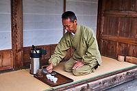 Japon, île de Honshu, région de Shizuoka, Sansui-In, ceremonie du thé par le maître Kiyomi Uchino, producteur du thé vert // Japan, Honshu, Shizuoka, Sansui In, tea ceremony by the master tea farmer Kiyomi Uchino
