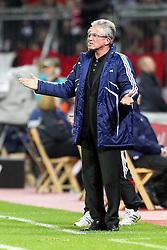 07.11.2010,  BayArena, Leverkusen, GER, 1. FBL, Bayer Leverkusen vs 1. FC Kaiserslautern, 11. Spieltag, im Bild: Jupp Heynckes (Trainer Leverkusen) ist nicht zufrieden  EXPA Pictures © 2010, PhotoCredit: EXPA/ nph/  Mueller+++++ ATTENTION - OUT OF GER +++++