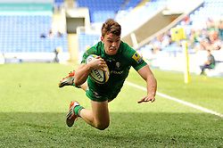 Alex Lewington of London Irish scores a try in the second half - Photo mandatory by-line: Patrick Khachfe/JMP - Mobile: 07966 386802 12/04/2015 - SPORT - RUGBY UNION - Reading - Madejski Stadium - London Irish v Sale Sharks - Aviva Premiership