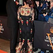 NLD/Katwijk/20101030 - Inloop premiere musical Soldaat van Oranje, Robert ten Brink en partner Roos Cialone