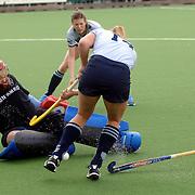 NLD/Laren/20060409 -  Hockey, hoofdklasse dames, Laren - Nijmegen, Kim Lammers (14) en keeper Puck de Lange