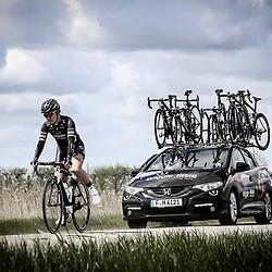 23-04-2016: Wielrennen: Topcompetitie vrouwen: Borsele  <br /> s-Heerenhoek (NED) wielrennen <br /> De omloop van Borsele een koers met kenmerkende smalle passages over dijken kent met wind meestal veel strijd. Pech voor de Nederlandse Amy Pieters