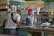 Comunitario compra un gelato dopo l'entrata a Los Reyes.