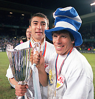 Fotball<br /> England<br /> Foto: Colorsport/Digitalsport<br /> NORWAY ONLY<br /> <br /> Chelsea historikk<br /> GOALSCORER GIANFRANCO ZOLA AND ROBERTO DI MATTEO CELEBRATES WITH THE EUROPEAN CUP WINNERS CUP. CHELSEA V VFB STUTTGART, 13/05/1998. EUROPEAN CUP WINNERS CUP FINAL 1998.