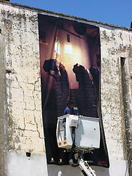 STARAMASCE?, ATTIMI DI VITA TRA L?AFGHANISTAN E IL SALENTO:.TRENTA FOTOGRAFIE PER TRENTA PIAZZE AL FESTIVAL NEGROAMARO 2007...Trenta gigantografie, attimi di Vita in Kabul, Badakhshan, Khost e Kandahar e trenta Piazze Salentine.  .E? questo il progetto di STARAMASCE?, nato dalla collaborazione dell?Istituto di Culture Mediterranee della Provincia di Lecce con il fotoreporter Kash Gabriele Torsello in programma da giugno a settembre 2007  in occasione della settima edizione del Festival Culturale Negroamaro 2007...Sguardi, gesti ed emozioni per scatti che vogliono raccontare una realtà a noi lontana eppure insospettabilmente vicina al nostro mondo e alla nostra quotidianità..L?avvicinamento alla terra Afghana avverrà attraverso immagini di persone tormentate da lunghe guerre ma intenzionate a riemergere e a ricostruire una vita di armonia, in pace con culture diverse. .L?Afghanistan non è un paese in guerra, ma una terra utilizzata e scelta ? ancora una volta ? da una guerra alimentata da imposizioni e mancanza di dialogo, la dimostrazione che il pregiudizio e le dittature nell?informazione sono all?origine dell?evoluzione di ogni conflitto..STARAMASCE? è un modo di dire Afghano usato quando ci si incontra: solo la comunicazione, libera e plurilaterale, può indicare un punto di incontro e di apertura tra le diversità culturali e geografiche..La presentazione ufficiale di STARAMASCE? si terra? il 12 giugno 2007 nel cuore di Londra presso il Foreign Press Association www.foreign-press.org.uk e successivamente a Palazzo Celestini, sede della Provincia di Lecce, il 30 giugno...La mostra sara' disponibile in tre formati:.Trenta gigantografie 6x3metri utilizzate in trenta Comuni del Salento;.Trenta gigantografie formato 2,20x1,50 metri utilizzate per una mostra itinerante legata a presentazioni e dibattiti;.Trenta foto formato classiche da esporre in gallerie.....