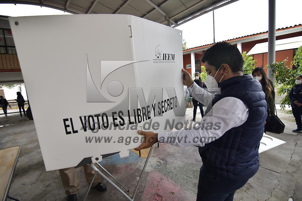 Valle de Bravo, México.- Aspectos del la colocación e instalación de casillas en la escuela primaria Constitución Mexicana. Agencia MVT / Arturo Hernández.