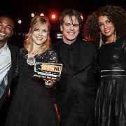 NLD/Amsterdam/20150203 - Uitreiking 100% NL Awards 2015, Jayh en Sharon Doorson reiken de award uit aan de Common Linnets