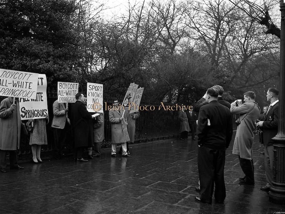 16/12/1960<br /> 12/16/1960<br /> 16 December 1960<br /> Springbok pickets. Students picket the South African Rugby team's hotel, the Shelbourne Hotel, Dublin. Springbok team members (right) photograph coloured students as they picket the team's hotel by St. Steven's Green.