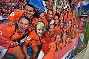 Nederland, Nijmegen, 28-11-2017Oranje fans vermaken zich even in de fan-zone alvorens ze naar de tribune gaan om de wedstrijd van de oranje leeuwinnen te bekijken.Foto: Flip Franssen