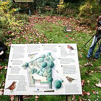 Nederland, Zeist, 30 oktober 2009..Op vrijdag 30 en zaterdag 31 oktober organiseert Vogelbescherming Nederland de Tuinvogeldagen in en om haar pand in Zeist..Tijdens de Tuinvogeldagen wordt er doorlopend informatie gegeven over het voeren van vogels en hoe u uw tuin vogelvriendelijk kunt maken..Verder wordt er doorlopend informatie gegeven over het werk van Vogelbescherming en er zijn lezingen over tuin- en stadsvogels. Op het centrale plein kunt u onder het genot van een kopje koffie de Tv-serie 'Een tuin vol vogels' volgen. Voor kinderen liggen er grappige vogelplaten om in te kleuren en kunnen ze proberen om als een vogel met een pincet smarties uit een voedersilo te pakken..Op de foto: Bezoekers konden in de tuin rondom het pand zoeken en kijken naar tuinvogels en proberen kijkers uit die te koop worden aangeboden..Netherlands Bird Protection organizes the Garden Bird Days and gives information to people ito attract more birds into their gardens.