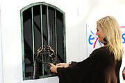 Prinses Máxima opent 7 oktober 2011 Exodushuis voor opvang van (voormalig) gedetineerden<br /> <br /> Exodus biedt opvang en nazorg aan voormalig gedetineerden en gedetineerden in de laatste fase van hun straf. Na de opening bezoekt de Prinses het opvanghuis en spreekt met de bewoners. In totaal zijn er 11 opvanghuizen in Nederland.<br /> <br /> Princess Maxima opens October 7, 2011 Exodus House for the care of (former) prisoners<br /> <br /> Exodus provides care and aftercare for former prisoners and detainees in the final phase of their sentence. After the opening, the Princess visited the shelter and speak with residents. A total of 11 shelters in the Netherlands.<br /> <br /> Op de foto / On the photo: <br /> <br />  Prinses Maxima