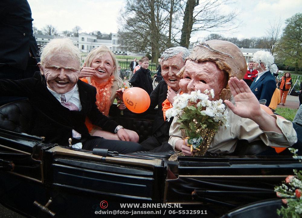 Koninginnedag 2001 Soestdijk, Beatrix, Claus, Willem - Alexander en Maxima Zorrequieta als poppen voor paleis Soestdijk