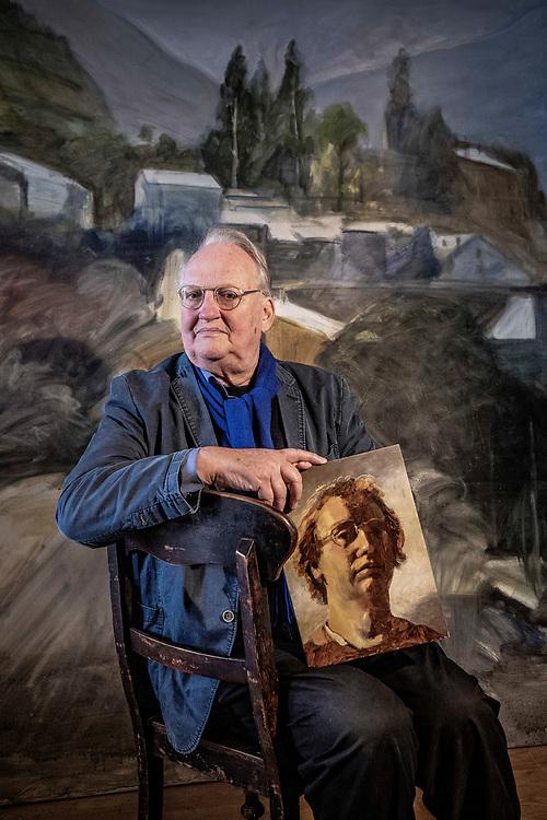 Nederland. Amsterdam, 18-01-2019. Photo: Patrick Post. Portret van Rembrandt specialist, Ernst van de Wetering. Op de foto staat hij met een zelfportret in de Rembrandt-stijl, gemaakt in de jaren 70.