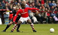 Photo: Chris Ratcliffe.<br />Charlton Athletic v Brentford. The FA Cup. 18/02/2006.<br />Chris Powell (R) of Charlton gets away from Darren Pratley of Brentford.