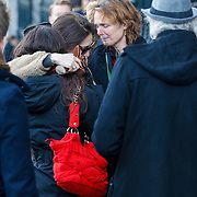 NLD/Amsterdam/20121208 - Herdenkingsdienst voor de verleden Jeroen Willems, emotionele Carice van Houten, Vanessa Henneman en Halina Reijn