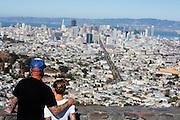 Een stelletje kijkt vanaf Twin Peaks naar San Francisco. De Amerikaanse stad San Francisco aan de westkust is een van de grootste steden in Amerika en kenmerkt zich door de steile heuvels in de stad.<br /> <br /> A couple looks at San Francisco from Twin Peaks. The US city of San Francisco on the west coast is one of the largest cities in America and is characterized by the steep hills in the city.