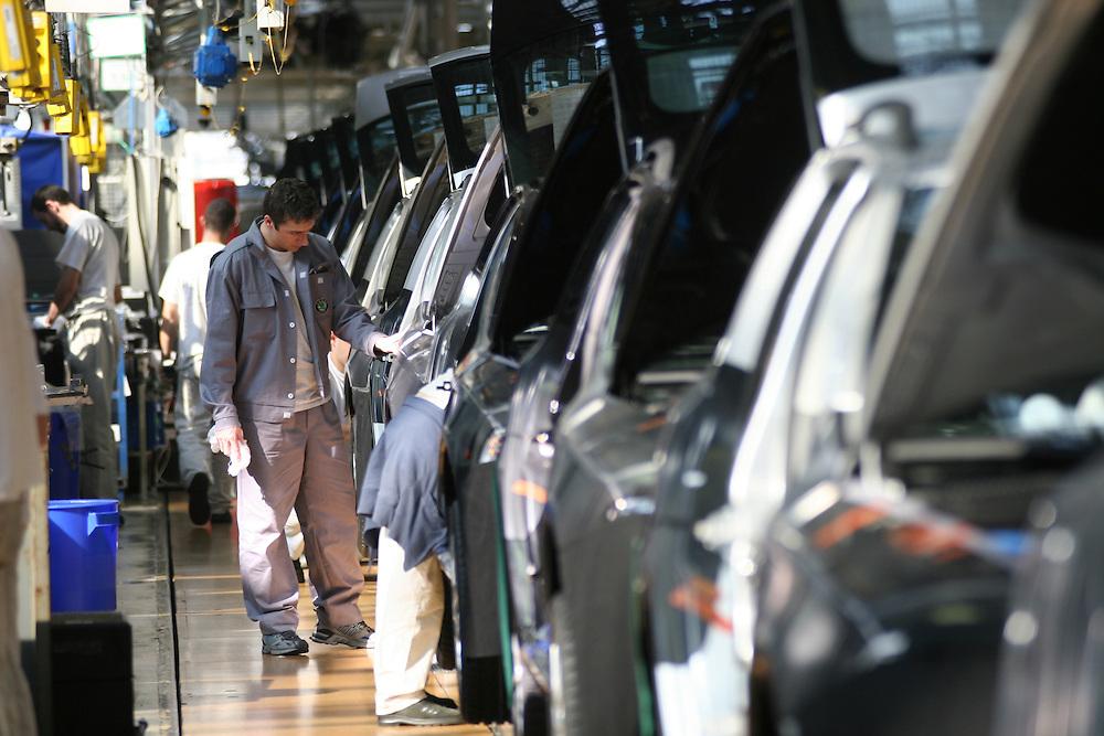Mlada Boleslav/Tschechische Republik, Tschechien, CZE, 16.03.07: Mitarbeiter am Fertigungsband mit einer Skoda Octavia Karosserie in der Skoda Autofabrik in Mlada Boleslav. Der tschechische Autohersteller Skoda ist ein Tochterunternehmen der Volkswagen Gruppe.<br /> <br /> Mlada Boleslav/Czech Republic, CZE, 16.03.07: Workers at the Skoda factory inspect Octavia vehicle body-frame on the assembly line at Skoda car factory in Mlada Boleslav. Czech car producer Skoda Auto is subsidiary of the German Volkswagen Group (VAG).