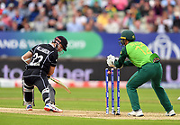 Cricket - 2019 ICC Cricket World Cup - Group Stage: New Zealand vs. South Africa<br /> <br /> New Zealand's Kane Williamson narrowly avoids a stumping from South Africa's Quinton de Kock, at Edgbaston, Birmingham.<br /> <br /> COLORSPORT/ASHLEY WESTERN