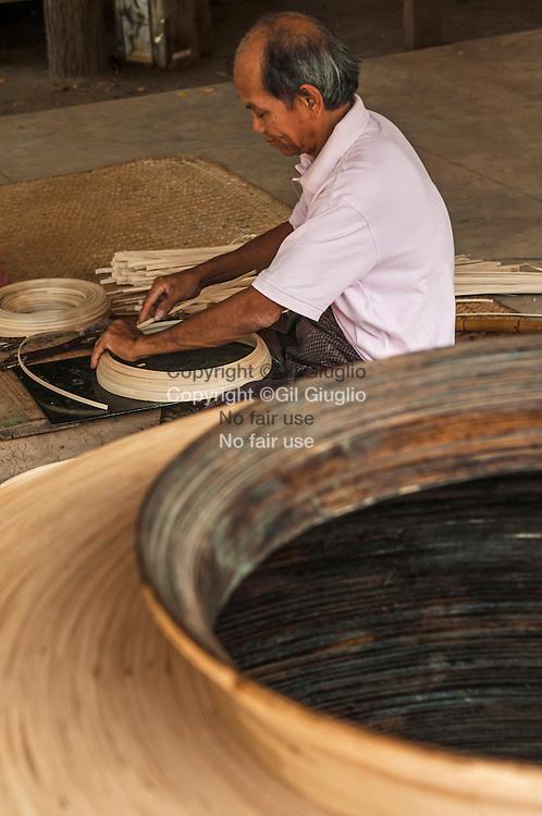 Myanmar, Bagan, environ de Nyaung U, village de Wet Kyi Inn, atelier fabrication de laque locale // Myanmar, Bagan, region of Nyaung U, Wet Kyi Inn village, lacqueware worshop,