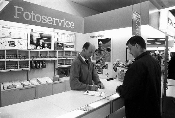 Nederland, Nijmegen, 15-10-1995Fotoservice bij de HEMA. Bij dit warenhuis kon je snel je rolletjes laten ontwikkelen en afdrukken. Snelservice.Foto: Flip Franssen/Hollandse Hoogte