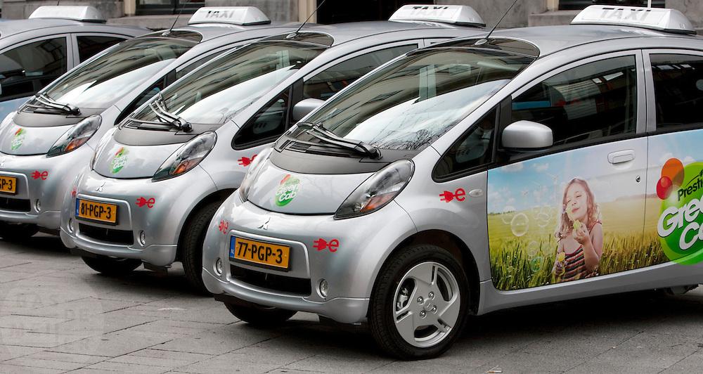 Bij het stadhuis van Utrecht staan taxi's opgesteld van de Green Cab proeftuin, een project om ervaring op te doen met elektrische taxi's. In eerste instantie gaan er zes taxi's op elektrische energie rijden. Over een paar maanden moeten dat er veertig zijn. Het project loopt tot 2012.<br /> <br /> Electric driven cabs are parked in front of the town hall of Utrecht. The Green Cab is a project to reduce the pollution in the city.